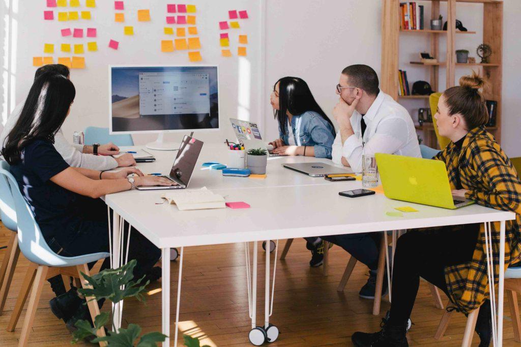 B2B Content Marketing Aktivitäten des Unternehmens mit dem kompletten Team planen